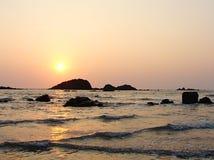 Яркое золотое Солнце в вечере над морем на пляже въезда Muzhappilangad, Kannur, Karala, Индия - естественная предпосылка Стоковые Фото