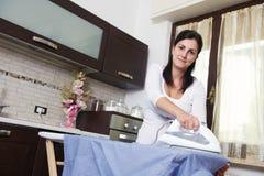 Яркое изображение симпатичной домохозяйки с утюгом стоковые фотографии rf
