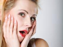 Яркое изображение удивленной стороны женщины над серым цветом Стоковые Изображения RF