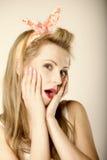 Яркое изображение удивленной стороны женщины над серым цветом Стоковые Изображения