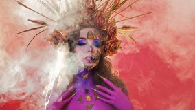 Яркое изображение хеллоуина, мексиканский стиль с черепами сахара на стороне Изображение молодой красивой женщины яркое смея стоковые фотографии rf