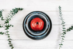 Яркое красное гранатовое дерево и handmade керамика Стоковые Фотографии RF