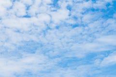 Яркое небо при сформированные облака Стоковое Фото
