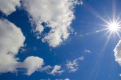 Яркое небо с облаками - изображение контраста запаса Стоковое Фото