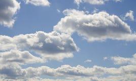 Яркое небо с облаками - изображение контраста запаса Стоковая Фотография RF