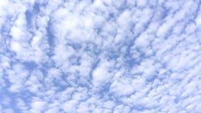 Яркое облако голубого неба постепенно на предпосылке стоковое фото rf