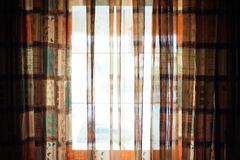 Яркое окно с красочным задрапировывает стоковая фотография