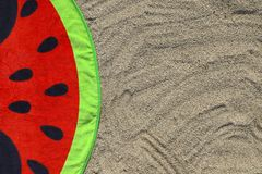 Яркое полотенце с печатью арбуза на песке Стоковые Фото