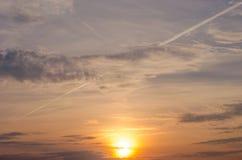 Яркое померанцовое и желтое небо захода солнца цветов заход солнца с линией самолетом Стоковое Изображение