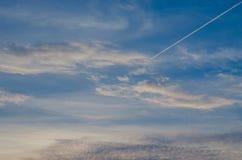 Яркое померанцовое и желтое небо захода солнца цветов заход солнца с линией самолетом Стоковое фото RF