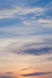 Яркое померанцовое и желтое небо захода солнца цветов заход солнца с линией самолетом Стоковая Фотография RF
