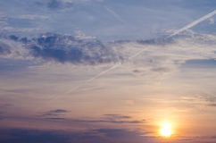 Яркое померанцовое и желтое небо захода солнца цветов заход солнца с линией самолетом Стоковое Фото