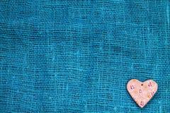 Яркое сердце на день ` s валентинки St предпосылки бирюзы Стоковое Изображение RF