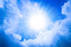 Яркое солнце в голубом небе стоковое изображение