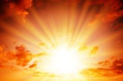 Яркое солнце в красном небе стоковое изображение rf