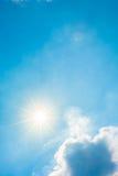 Яркое солнце на голубом небе стоковое фото