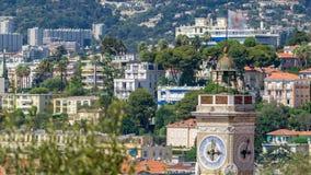 Яркое солнце освещает красные крыши старого timelapse города Вид с воздуха от холма ` s Shatto Франция славная акции видеоматериалы