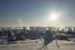 Яркое солнце на лагере в раннем утре, пушечном ядре Oceti Sakowin, Северной Дакоте, США, январе 2017 стоковые фотографии rf