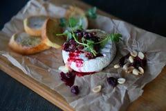 Яркое фото макроса красивого очень вкусного свежего сыра с ягодами стоковое фото