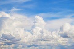 яркое cloudscape Стоковые Изображения