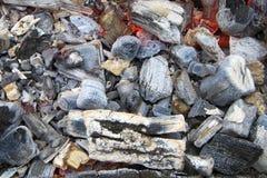 Ярко накаляя горячие угли с серой золой для ue  barbeÑ стоковое изображение