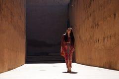 Ярко освещенная дама между высокими стенами стоковые фотографии rf