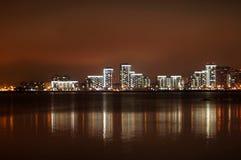 Ярко освещенный на ноче город Казани, отраженный в водах реки Kazanka, Россия Стоковое Изображение RF