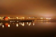 Ярко освещенный на ноче город Казани, отраженный в водах реки Kazanka, Россия Стоковое фото RF