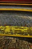 Ярко покрашенные деревянные скамьи стоковые фотографии rf
