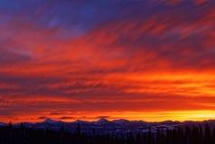 Ярко покрашенный восход солнца зимы над горной цепью Стоковые Фото