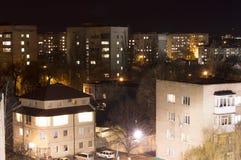 Ярк-освещенные здания и улицы города стоковые фото