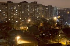 Ярк-освещенные здания и улицы города стоковые изображения rf