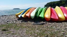 ярк покрашенные kayaks стоковые изображения