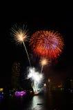 ярк цветастое ночное небо феиэрверков стоковые изображения