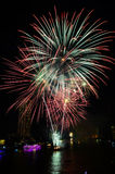 ярк цветастое ночное небо феиэрверков стоковые изображения rf