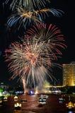 ярк цветастое ночное небо феиэрверков стоковые фото