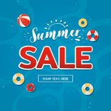 Ярлык продажи лета с предпосылкой бассейна r стоковые фото