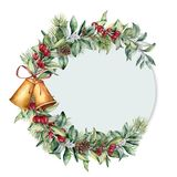 Ярлык рождества акварели Рука покрасила флористическую ветвь при ягоды и изолированные ветвь ели, конус сосны, колоколы и лента Стоковое Изображение RF