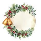 Ярлык рождества акварели с старой бумагой Рука покрасила флористическую ветвь с ягодами и ветвью ели, конусом сосны, колоколами и Стоковые Фотографии RF