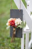 Ярлык цветка на белом стуле Стоковые Фото