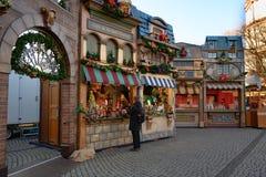 Ярмарка рождества с небольшой деревней, Дюссельдорф, Burgplatz на реке Рейне стоковые изображения rf