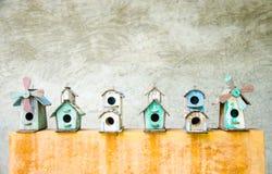 ярд белизны США дома заднего цвета птицы голубого вися красный Стоковая Фотография RF