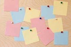 Ярлыки бумаги, покрашенные кнопки Деревянная предпосылка Стоковая Фотография