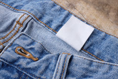 Ярлыки одежды на деревянной предпосылке Стоковое Изображение RF