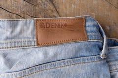 Ярлыки одежды на деревянной предпосылке Стоковые Изображения RF