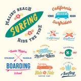 Ярлыки ретро стиля вектора занимаясь серфингом, логотипы или графический дизайн футболки отличая Surfboards, автомобилем Woodie п Стоковое фото RF