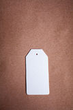 Ярлык белой бумаги на коричневой предпосылке бумаги ремесла Стоковое Изображение RF