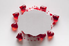 Ярлык белой бумаги на красной и белой предпосылке Стоковое Фото