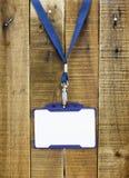 Ярлык бирки на деревянной предпосылке Стоковые Фотографии RF