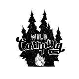Ярлык нарисованный рукой винтажный с лесом и костром Значок для столба Стоковое Фото